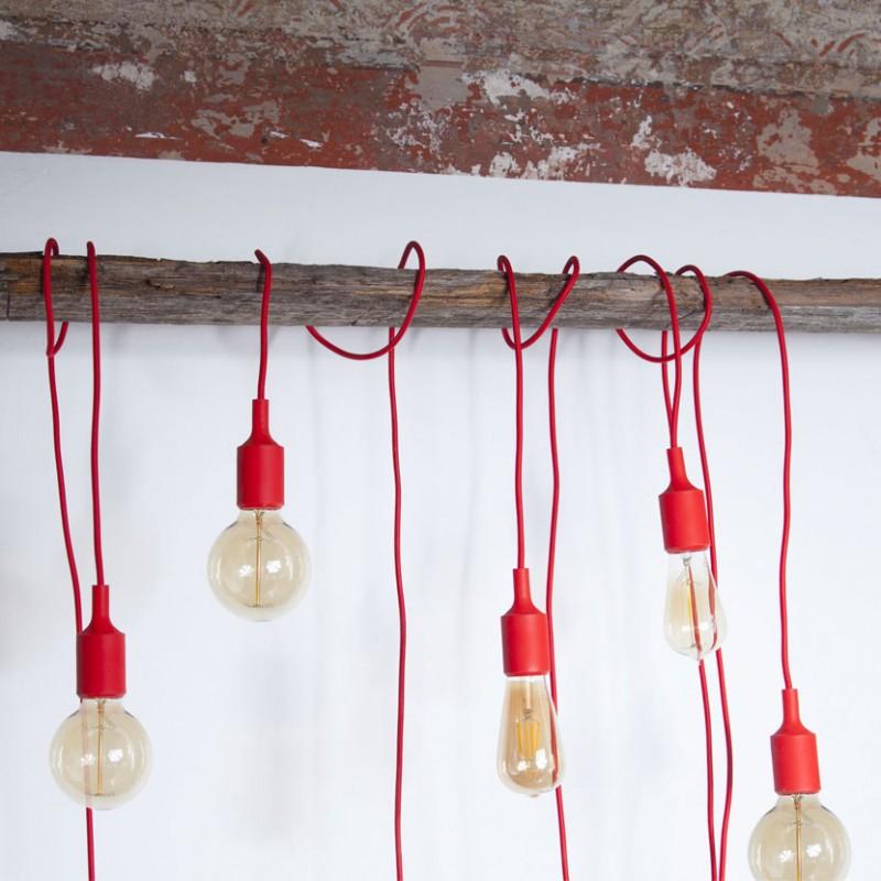 Lampada Spinello Siliconico E27 con portalampada in silicone rosso è filo in cotone rosso ambientato