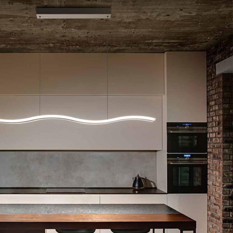 Lampada a sospensione Onda in metallo e pexiglass di colore bianco ambientata