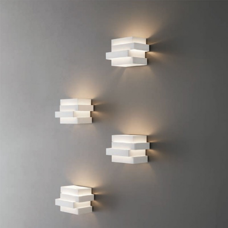 Lampada a parete Escape Cube realizzata in alluminio verniciato bianco