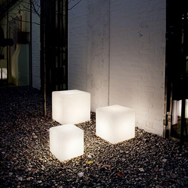 Lampada per esterno Luna Outdoor realizzata in materiale plastico bianco opaco