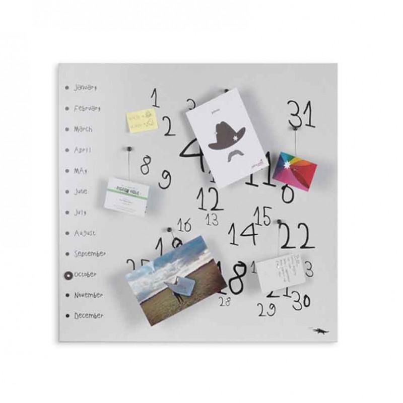 Calendario perpetuo Krok White di dESIGNoBJECT realizzato in lamiera tagliata al laser verniciata   di colore bianco e serigrafa