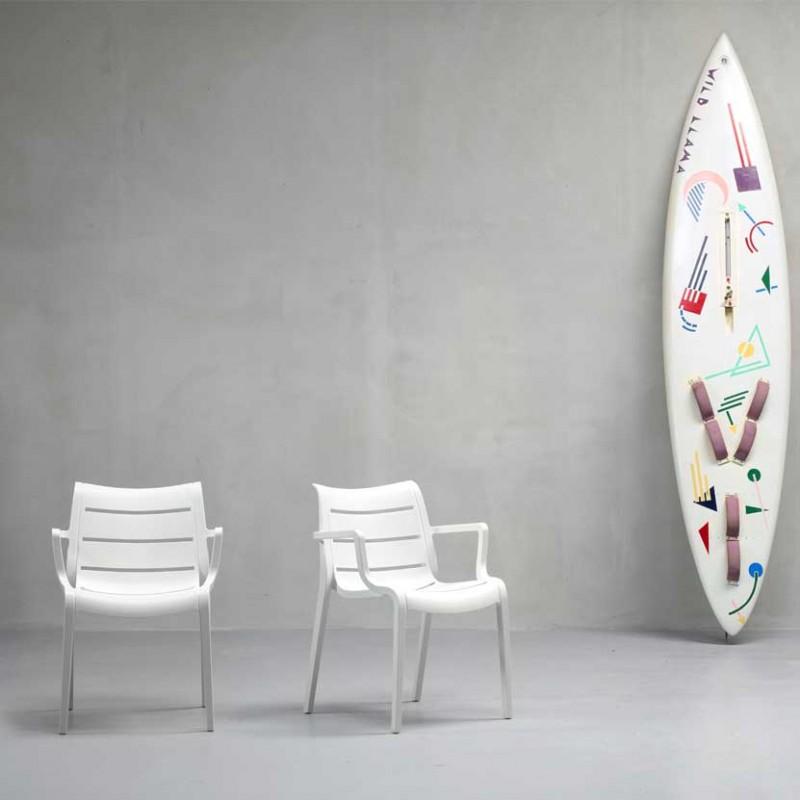 Sedie Sunset per interni ed esterni in tecnopolimero di colore lino ambientata
