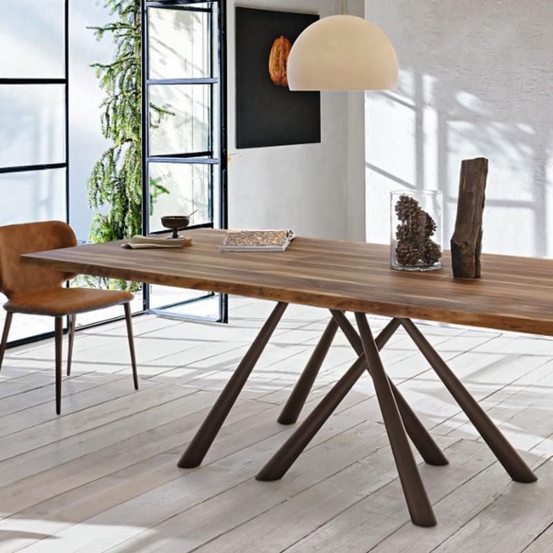 Tavolo Forest Fisso di Midj realizzato con la struttura in acciaio marrone piano in legno massello di noce bordo corteccia