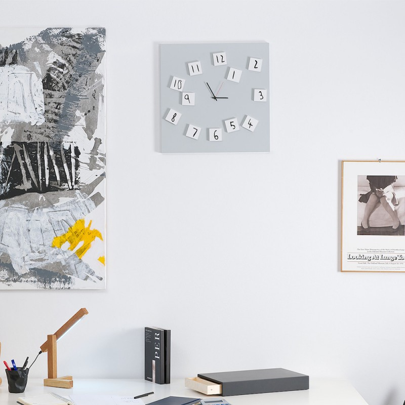 Changing Clock orologio in metallo bianco con numeri magnetici modificabili ambientata