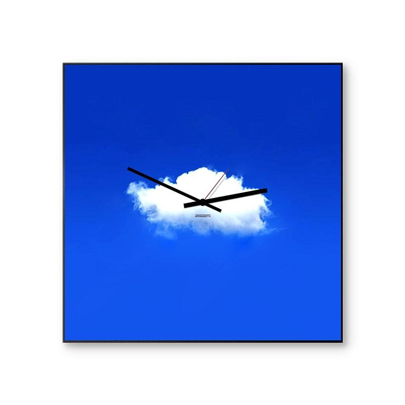 Orologio nuvola di dESIGNoBJECT in metallo verniciato azzurro