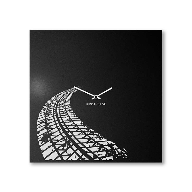 orologio a parete in metallo nero di dESIGNoBJECT