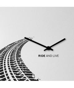 orologio a parete in metallo grigio chiaro di dESIGNoBJECT