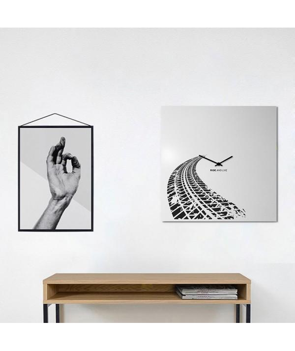 orologio a parete in metallo grigio chiaro di dESIGNoBJECT ambientato