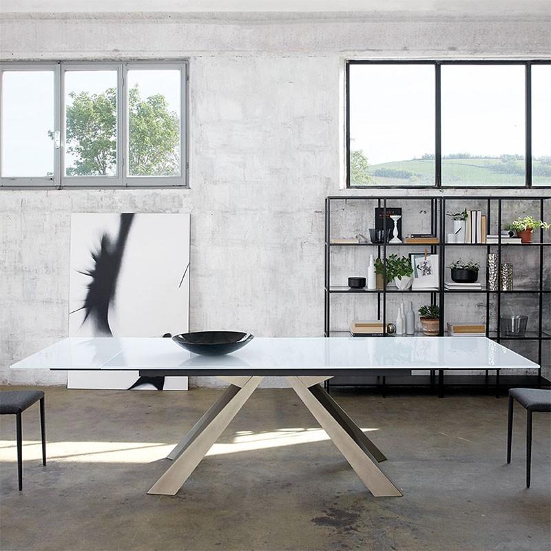Tavolo Allungabile Cosmo in vetro extrachiaro e gambe in metallo di Friulsedie