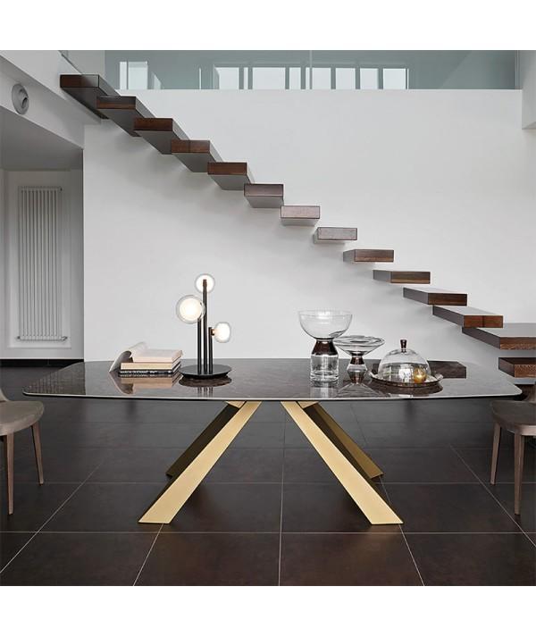 tavolo fisso cosmo di friulsedie con piano in ceramica emperador lucido e gambe in metallo oro spazzolato ambientato