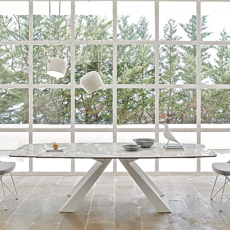 tavolo fisso cosmo di friulsedie con piano in ceramica arabescato lucido e gambe in metallo bianco ambientato