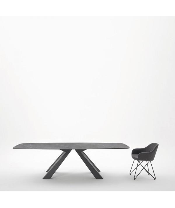 tavolo fisso cosmo di friulsedie con piano in ceramica pietra grey e gambe in metallo antracite ambientato con sedia