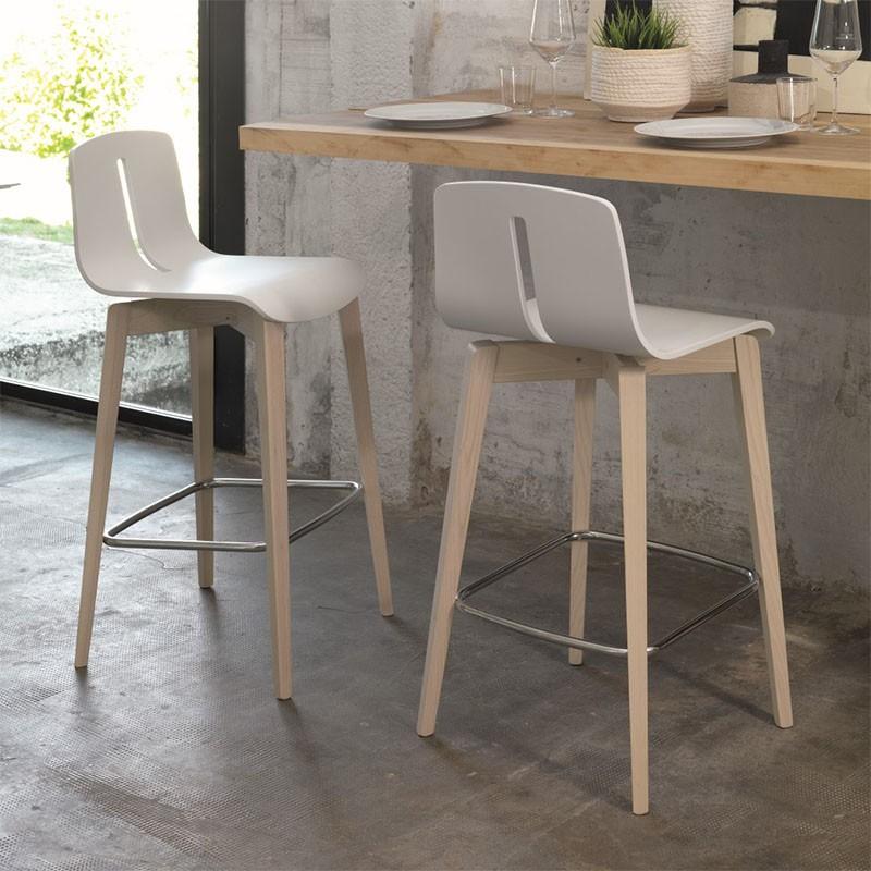 sgabello gordon di friulsedie realizzato con struttura in legno di frassino con sedile laccato bianco poro aperto ambientato