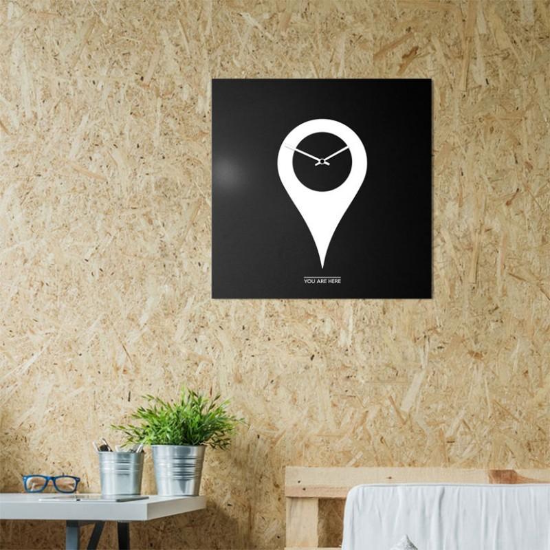 Orologio da parete You Are Here di dESIGNoBJECT realizzato in lamiera tagliata al laser verniciata a polvere di colore nero e bi