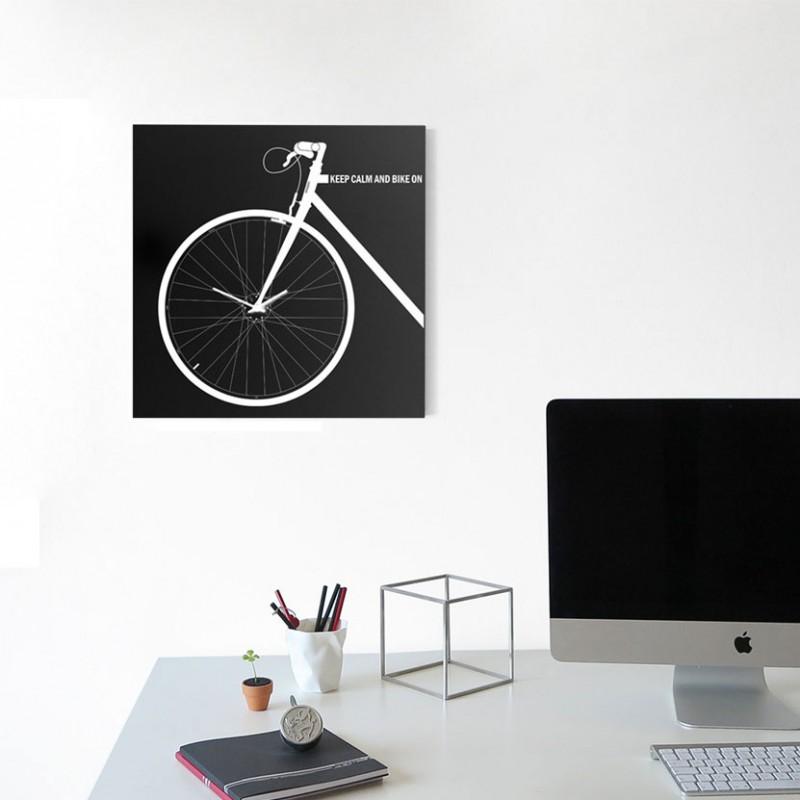 Orologio da parete Bike Clock in metallo nero ambientato