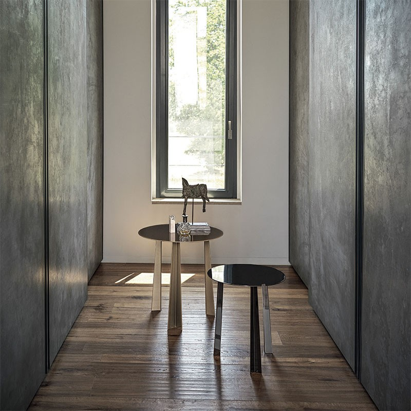 tao tavolino rotondo d i bontempi casa in acciaio laccato ottone scuro e antracite ambientato
