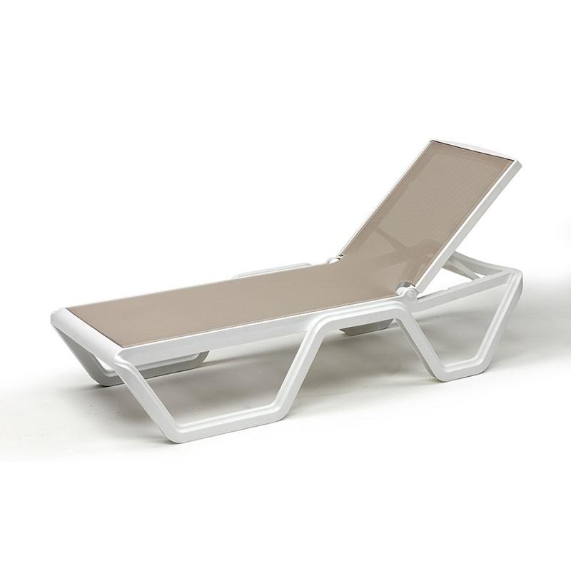 Lettino da sole Vela tortora/bianco di scab design in tecnopolimero ambientato