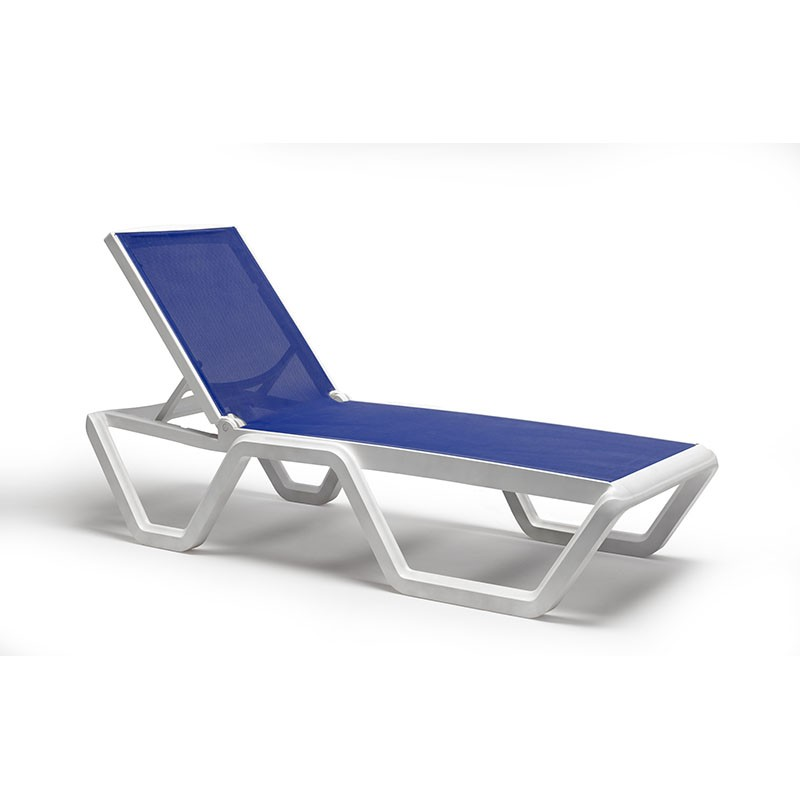 Lettino da sole Vela blu/bianco di scab design in tecnopolimero ambientato