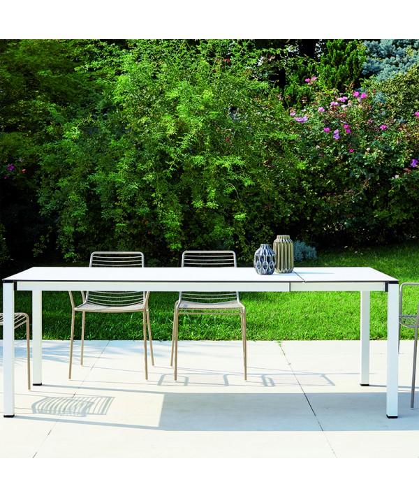Tavolo Pranzo Allungabile di Scab con struttura in acciaio e piano stratificato HPL bianco ambientato