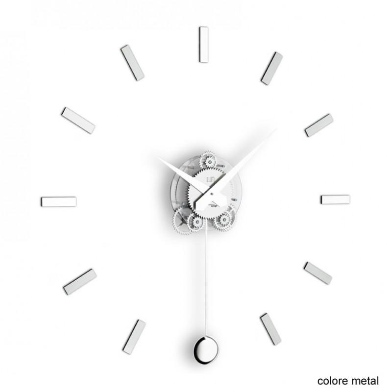 L'orologio pendolo da muro Illum di colore metal
