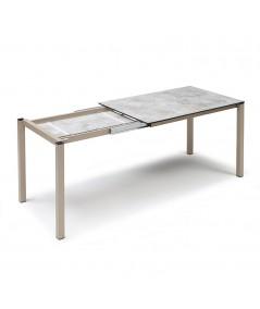 tavolo allungabile di scab in metallo tortora con piano in stratificato HPL effetto pietra  meccanismo di apertura