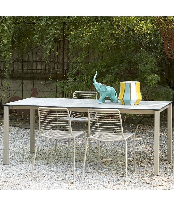 tavolo Pranzo allungabile di scab in metallo tortora con piano in stratificato HPL effetto pietra ambientato