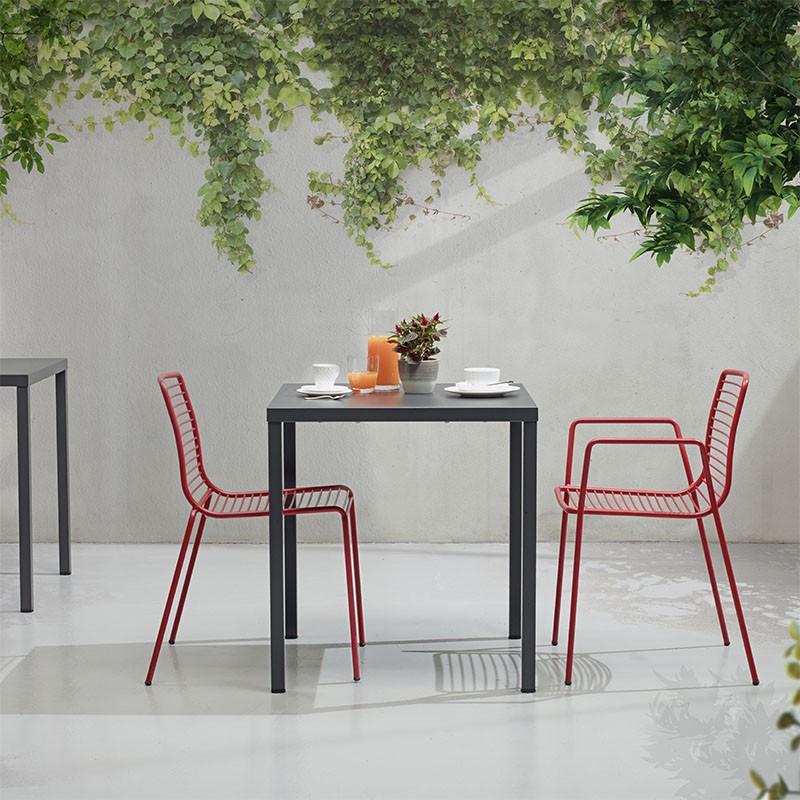 tavolo per esterno summer di scab in acciaio verniciato antracite Ambientato