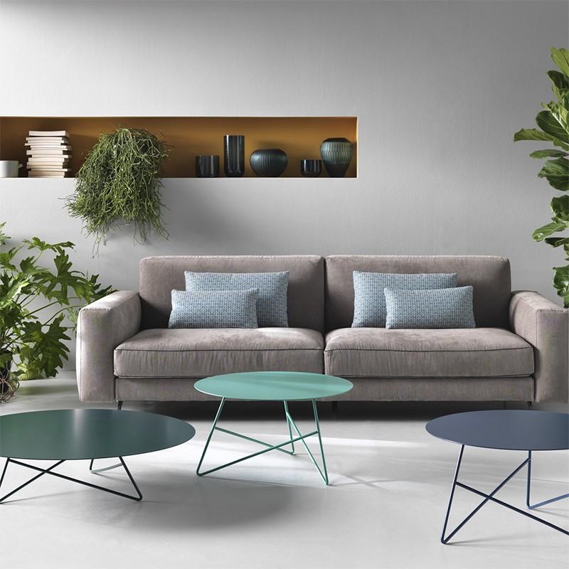 tavolino per esterno ermione di memedesign in metallo verde acqua blu navy zircone ambientato