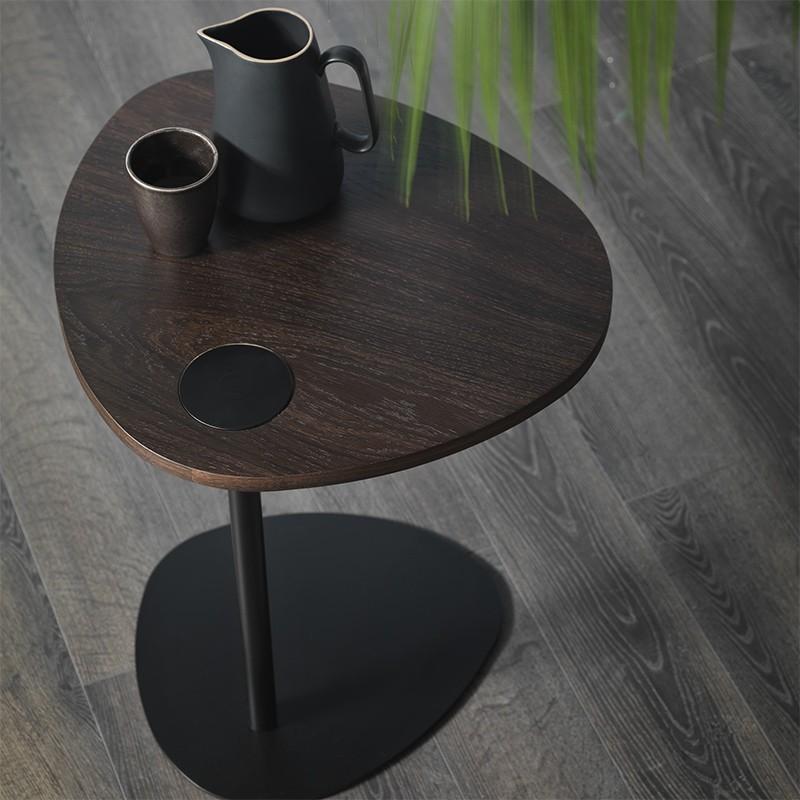Tavolino Hugcon struttura in metallo nero e piano in legno rovere fumè