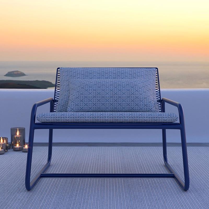 Poltrona da esterno Lolita  con cuscini di memedesign in acciaio blu navy