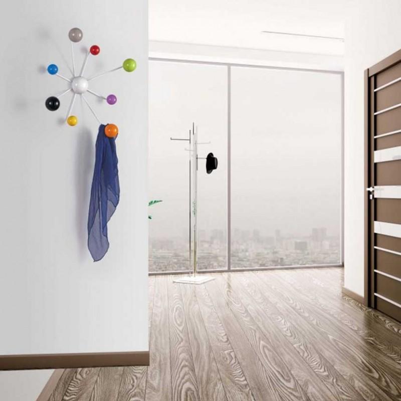 Appendiabiti a parete in metallo Globo con struttura bianco e pomelli multicolor ambientata