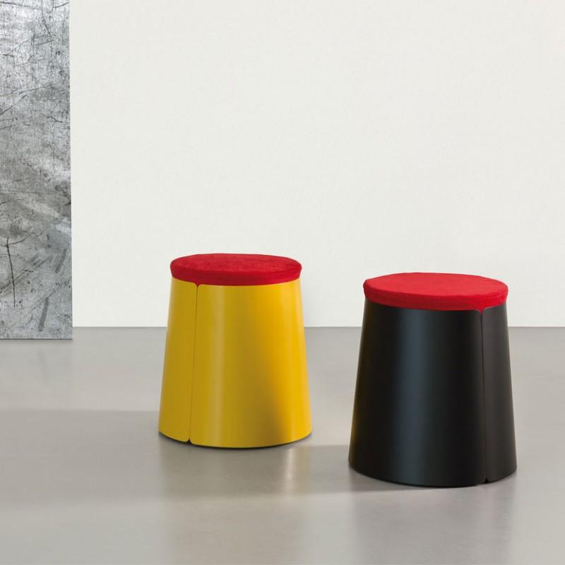 Tavolino rotondo Bobino Pouf Cuscino in metallo laccato giallo nero con ruote interne ed un cuscino in ciniglia rossa